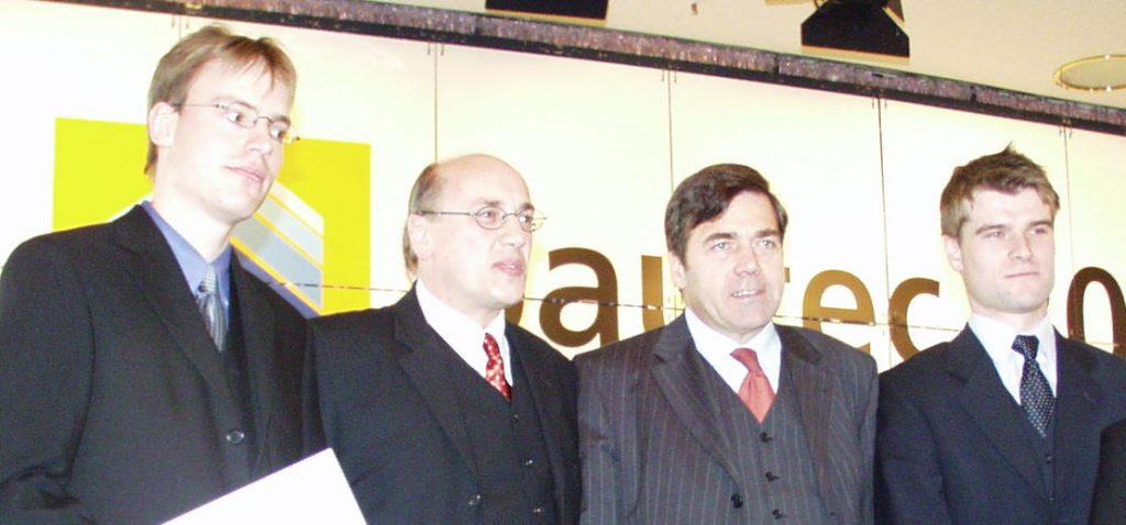 Die beiden Preisträger bei der Preisverleihung durch Bundesminister Bodewig (2. v. l.)